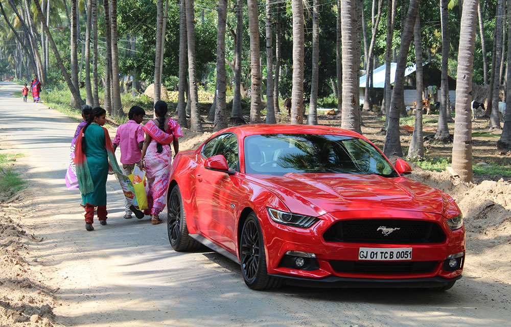 De Ford Mustang op het platteland van India