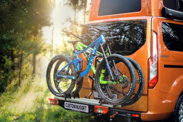 Fahrradträger mit 2 Rädern an der Rückseite des Ford Transit ustom Nugggets