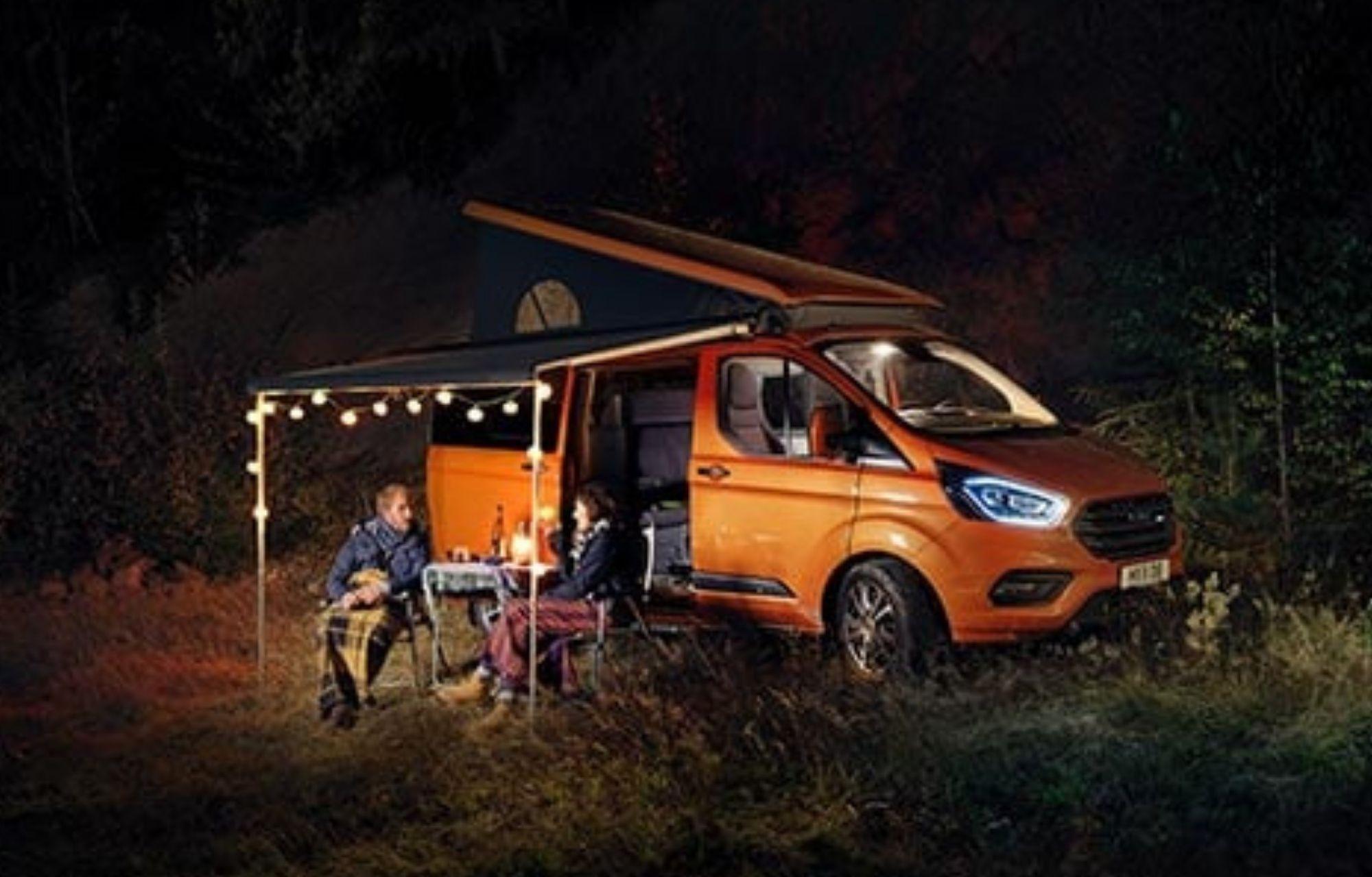 Pärchen geniesst Abend beim Ford Transit Custom Nugget