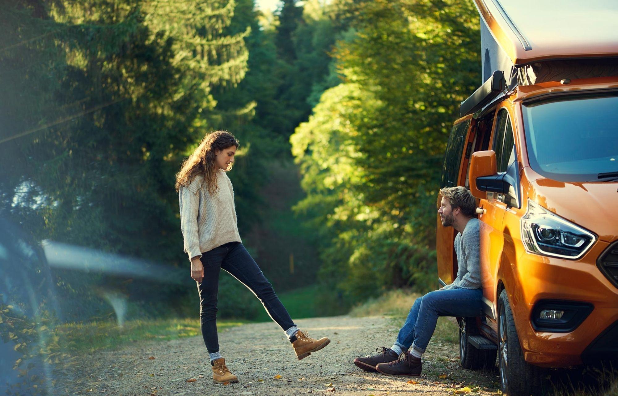 Pärchen chillt beim Ford Transit Custom Nugget