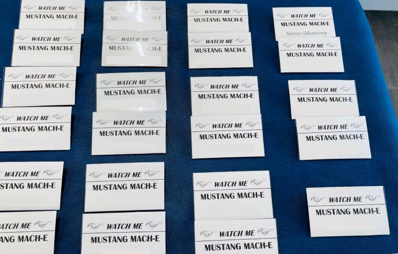 Mach-E navneskilte til deltagerer