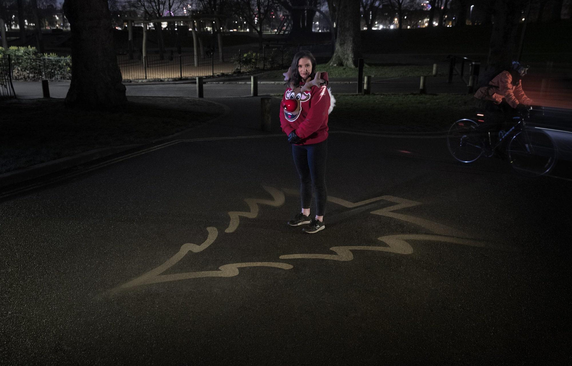 kerst trui, anderhalfmeter afstand houden door licht op de grond te projecteren