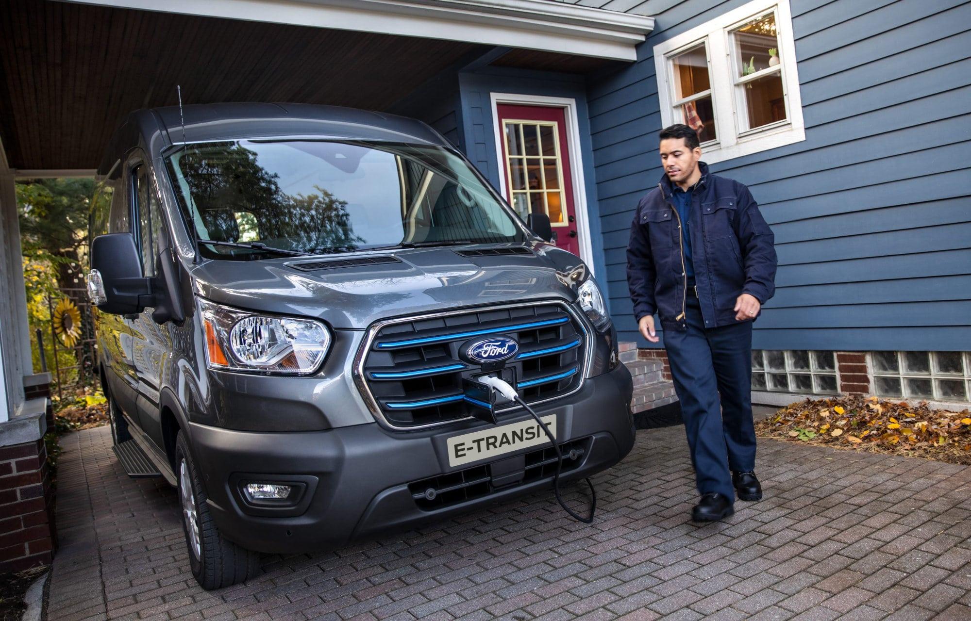 Ford E-Transit lader ved hus