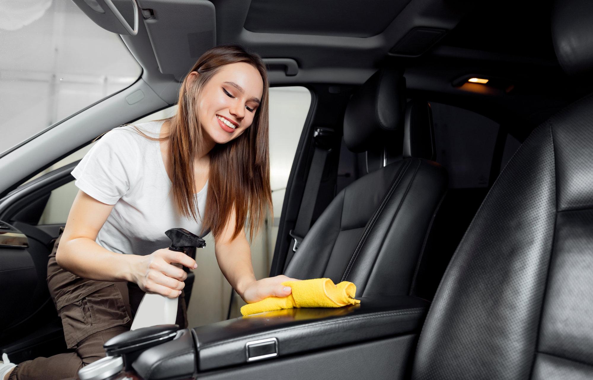 reczne mycie auta żółtą gąbką