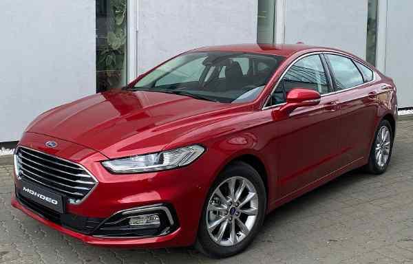 Czerwone Ford Mondeo Titanium Insight