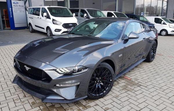 Czarny Ford Mustang