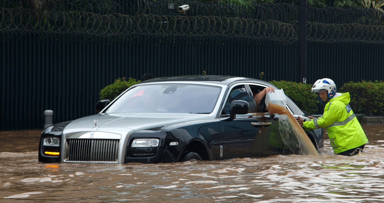 """Tài xế cần chủ động và tỉnh táo khi tham gia giao thông, tốt nhất là tránh mọi cuộc """"bơi lội"""" khi có thể."""