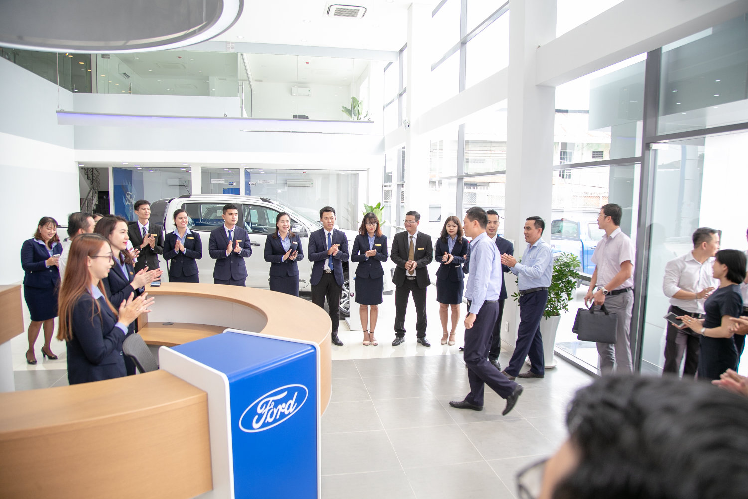 Gia Dinh Ford - showroom