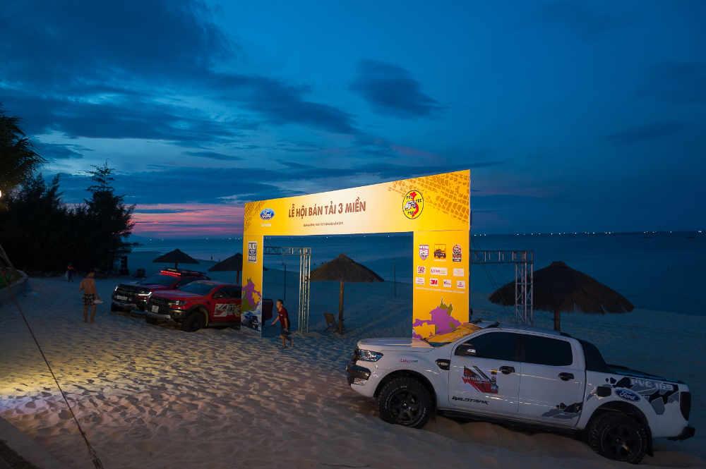 cổng chào, bãi biển, xe ranger