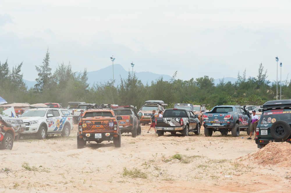 loạt xe bán tải, bãi cát