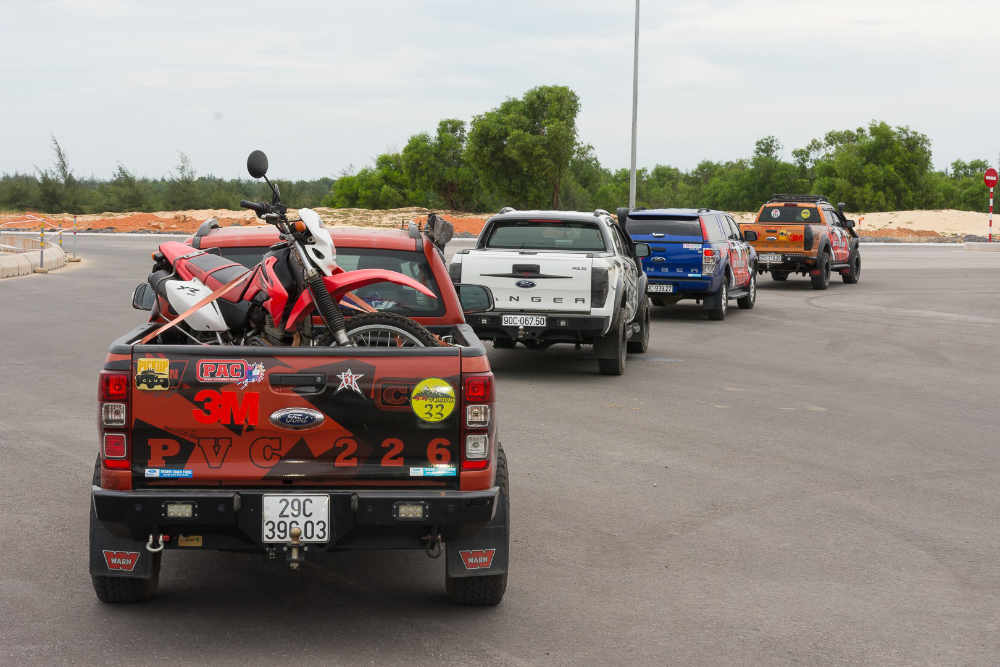 đoàn xe ranger & ranger raptor, đường bê tông